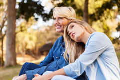 Macierzysta córka relaksuje outdoors zdjęcia stock