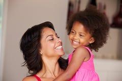 Macierzysta Cuddling córka W Domu zdjęcie stock