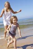 Macierzysta cyzelatorstwo córka Wzdłuż plaży obrazy stock
