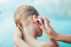 Macierzysta częstowanie chłopiec ucho infekcja Fotografia Royalty Free