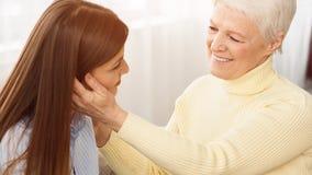 Macierzysta czułość Szczęśliwa mama i córka wydaje czas wpólnie zdjęcie royalty free
