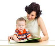 Matka czyta książkę dzieciak zdjęcia stock