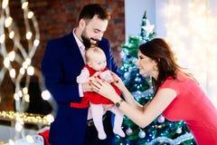 Macierzysta daje Bożenarodzeniowa teraźniejszość jej dziecka dziecko zdjęcie royalty free