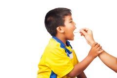 Macierzysta daje chłopiec medycyna, Chory dzieciak obraz royalty free
