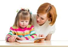 Macierzysta i dzieciak dziewczyna czyta książkę Obrazy Stock