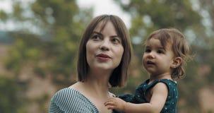 Macierzysta i dziecko jej córka bada outdoors zdjęcie wideo