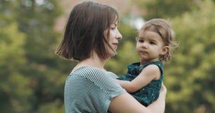 Macierzysta i dziecko jej córka bada outdoors zbiory