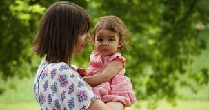 Macierzysta i dziecko jej córka bada outdoors zbiory wideo
