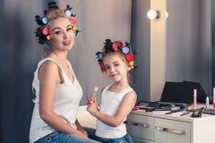 Macierzysta i dziecko jej dziewczyna robi twój makeup i ma zabawę Zdjęcie Stock