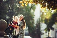 Macierzysta i mała córka bawić się w parku zdjęcia royalty free