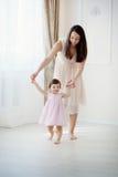 Macierzysta i mała córka bawić się w sypialni Fotografia Stock