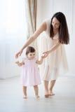 Macierzysta i mała córka bawić się w sypialni Zdjęcia Stock