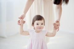 Macierzysta i mała córka bawić się w sypialni Obrazy Royalty Free