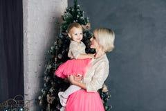 Macierzysta i mała córka pozuje w nowego roku wnętrzu Zdjęcie Stock