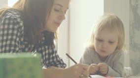 Macierzysta i mała córka rysuje z ołówkami w albumu zbiory wideo