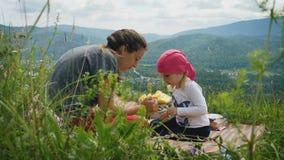 Macierzysta i mała córka układał pinkin w górach zbiory wideo