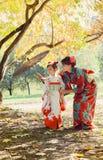 Macierzysta i mała córka w kimonie obrazy stock