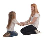 Macierzysta i mała córka na bielu obraz stock