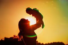 Macierzysta i mała dziecko sztuka przy zmierzchu niebem Obrazy Royalty Free