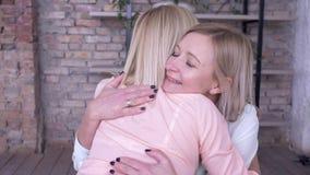 Macierzysta miłość, szczęśliwy mum komunikuje z dorosłą dziewczyny córką, przytuleniem i podczas gdy odpoczywający w domu na czas zdjęcie wideo