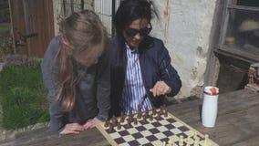 Macierzysta nauczanie córka bawić się szachy zbiory