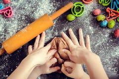 Macierzysta nauczanie córka dlaczego robić ciastu zdjęcia royalty free