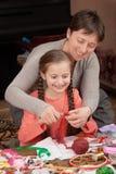 Macierzysta nauczanie córki dziewczyny dzianina, praca - trenować, handmade i rękodzieło pojęcie, fotografia stock