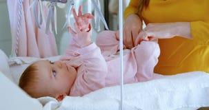Macierzysta odmienianie pieluszka jej chłopiec 4k zdjęcie wideo
