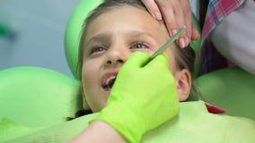 Macierzysta pociesza okaleczająca mała dziewczynka podczas stomatologicznego egzaminu, children strachy zbiory
