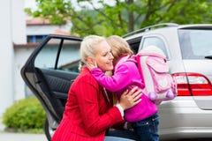Macierzysta pocieszająca córka na pierwszy dniu przy szkołą Obrazy Royalty Free