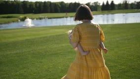 Macierzysta przędzalniana mała córka na zielonej łące zbiory