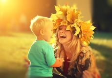Macierzysta syn jesień szczęśliwa Zdjęcie Royalty Free