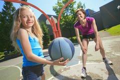 Macierzysta sztuki koszykówka z jego córką Fotografia Stock