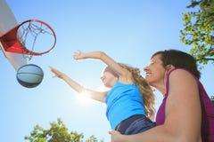 Macierzysta sztuki koszykówka z jego córką Zdjęcia Royalty Free