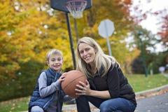Macierzysta sztuki koszykówka z jego synem Zdjęcie Royalty Free