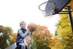Macierzysta sztuki koszykówka z jego synem Obrazy Royalty Free