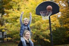 Macierzysta sztuki koszykówka z jego synem Fotografia Royalty Free