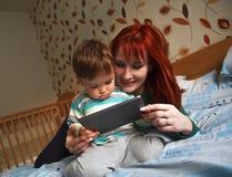 Macierzyste czytelnicze pora snu opowieści jej syn Obrazy Royalty Free
