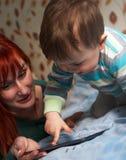 Macierzyste czytelnicze pora snu opowieści jej syn Obraz Royalty Free