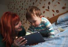 Macierzyste czytelnicze pora snu opowieści jej syn Fotografia Stock