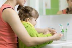 Macierzyste domycie dzieciaka ręki Obrazy Stock