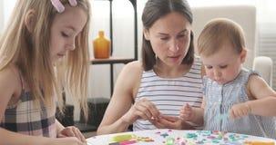 Macierzyste i małe córki bawić się z plasteliną zdjęcie wideo