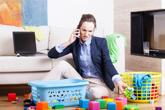 Macierzyste organizuje zabawki i działanie Fotografia Royalty Free