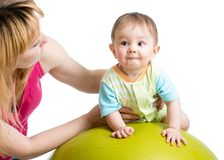Macierzyste robi gimnastyki z dzieckiem na dysponowanej piłce Zdjęcie Royalty Free