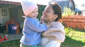 Macierzyste sztuki z jej małą śliczną dziewczynką zdjęcie wideo