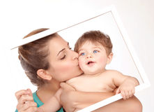 Macierzystego buziaka mały syn Fotografia Stock