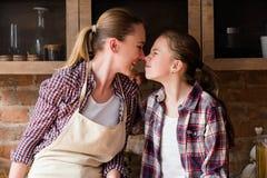 Macierzystego córki kochającego związku rodzinna więź zdjęcia stock