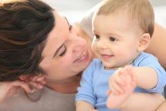 Macierzystego i dziecka jej ono uśmiecha się fotografia royalty free