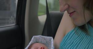 Macierzystego mienia sypialny dziecko w rękach zbiory