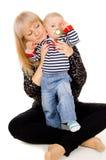 Macierzystego utrzymania piękny mały dziecko w ona ręki obrazy royalty free
